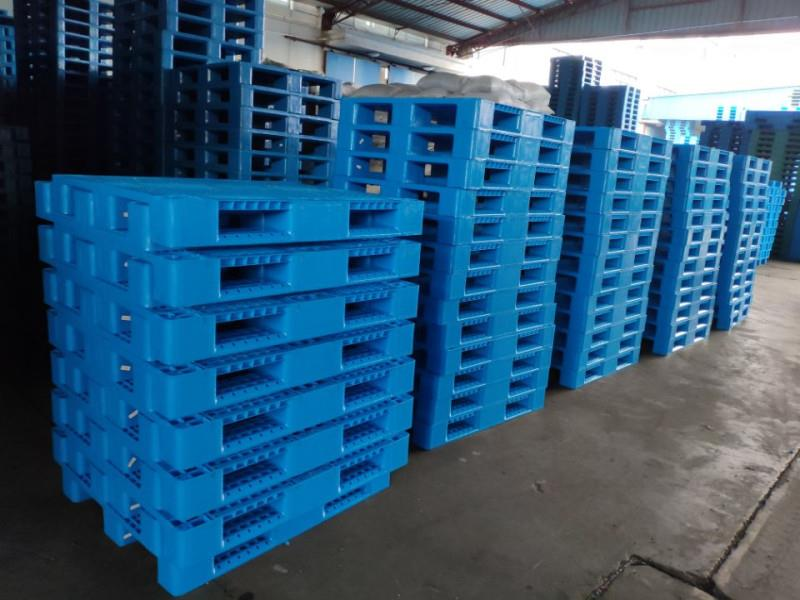 istiflenebilir takozlu mavi plastik palet 80x120 100x120 - PLASTİK PALET FİYATLARI NEDİR ?